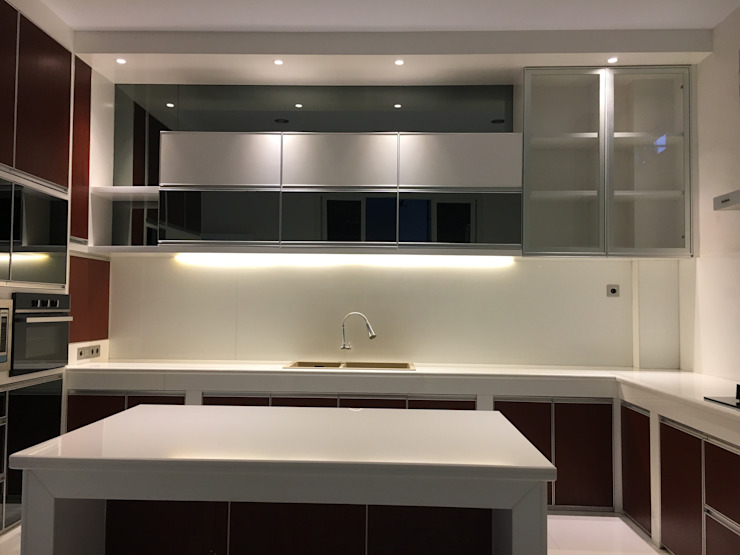 Minimalist kitchen by Lighthouse Architect Indonesia Minimalist