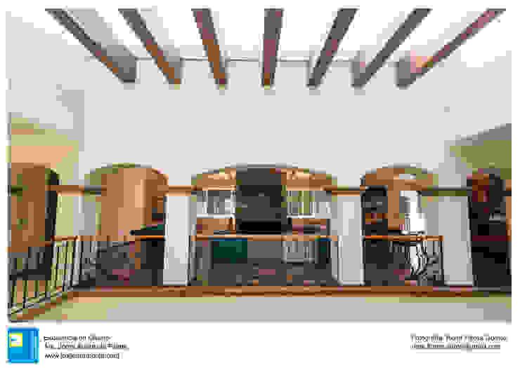 pergolas de doble altura Pasillos, vestíbulos y escaleras coloniales de Excelencia en Diseño Colonial Derivados de madera Transparente