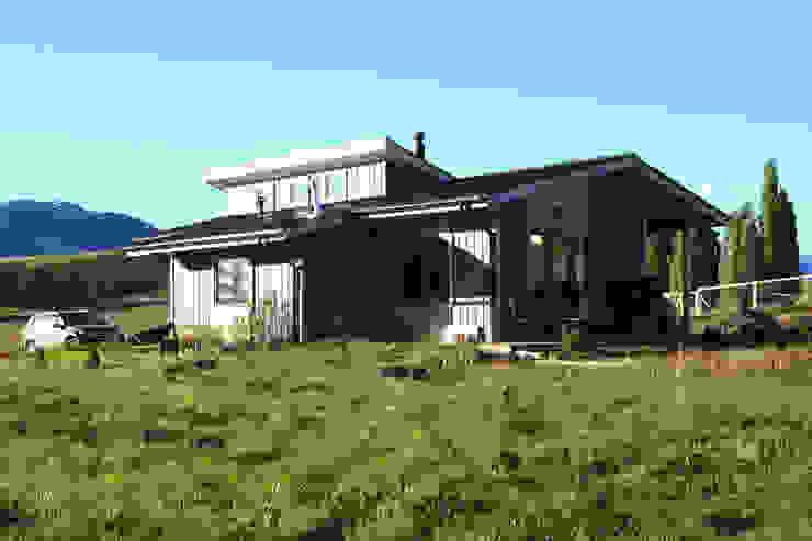 Fachada sur oriente de casa rural - Arquitectos en Coyhaique Rural Madera Acabado en madera