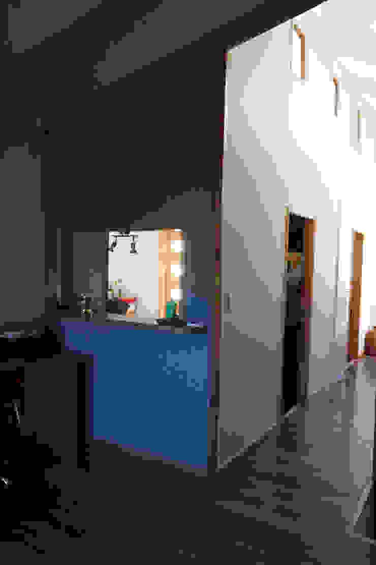 Ingresso, Corridoio & Scale in stile rurale di casa rural - Arquitectos en Coyhaique Rurale Legno Effetto legno