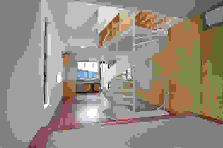 リビング 有限会社角倉剛建築設計事務所 モダンデザインの 多目的室 木 緑