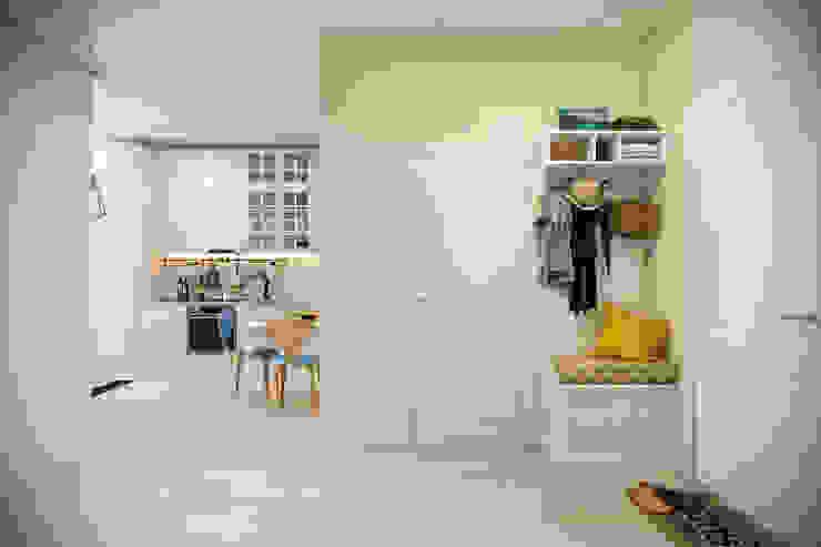 斯堪的納維亞風格的走廊,走廊和樓梯 根據 Студия архитектуры и дизайна Дарьи Ельниковой 北歐風