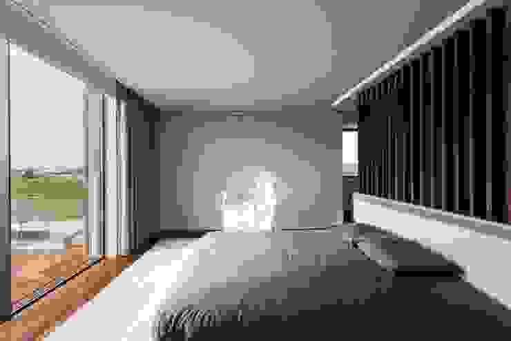Habitaciones de estilo minimalista de Risco Singular - Arquitectura Lda Minimalista