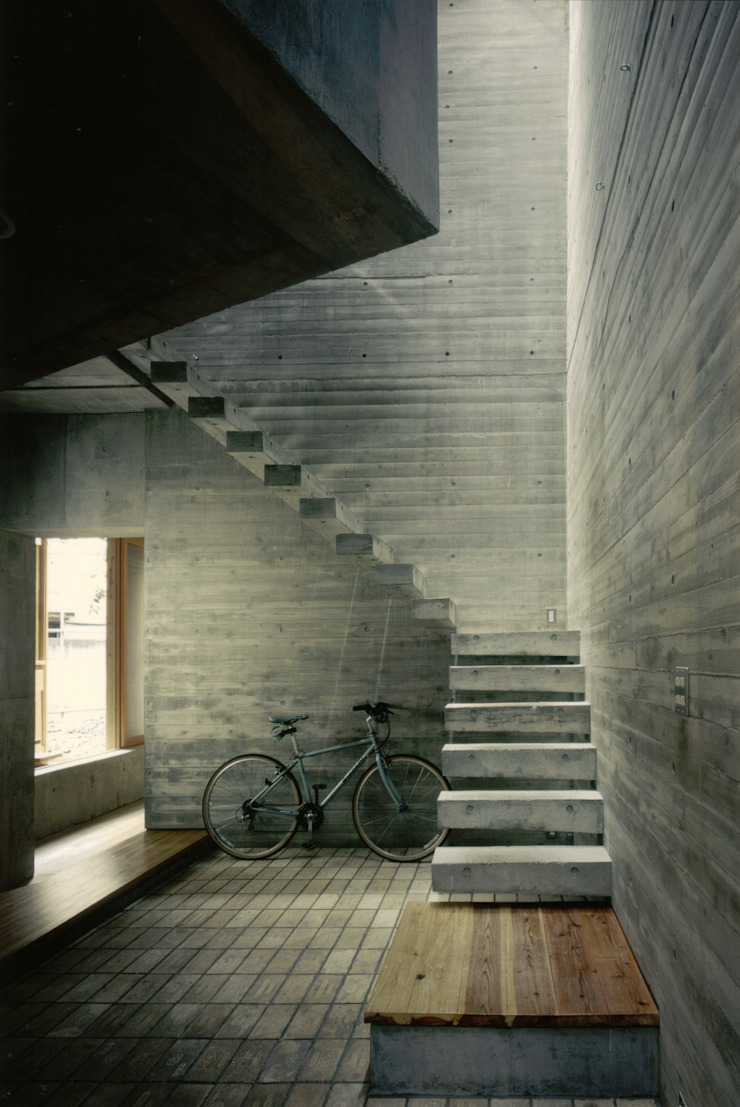 Modern Corridor, Hallway and Staircase by 株式会社 ギルド・デザイン一級建築士事務所 Modern Concrete