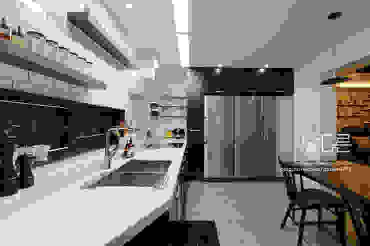 現代廚房設計點子、靈感&圖片 根據 남다른디자인 現代風