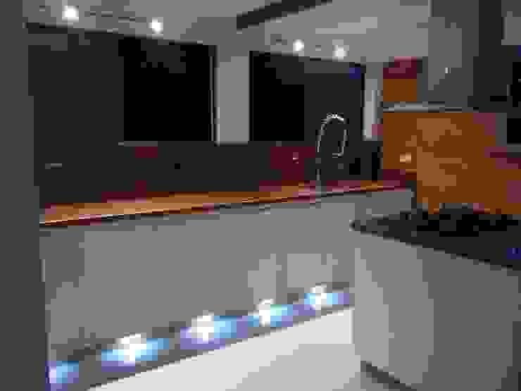 Cocinas integrales Hermosas Omar Interior Designer Empresa de Diseño Interior, remodelacion, Cocinas integrales, Decoración Cocinas modernas Madera Blanco