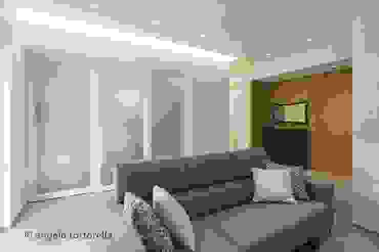 salotto vetrata scorrevole Soggiorno minimalista di Casaburi & Memoli Architetti Minimalista Vetro