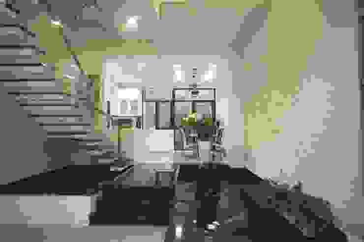 Corredores, halls e escadas modernos por Công ty TNHH Xây Dựng TM – DV Song Phát Moderno