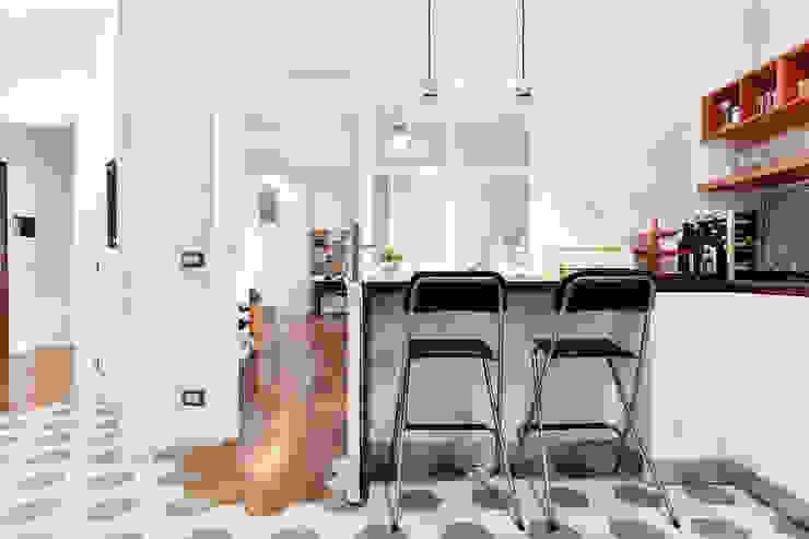 Cuina a vista | Vetrata in legno Cucina moderna di 02A Studio Moderno