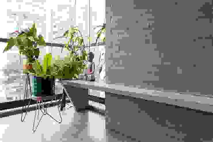 モダンデザインの リビング の ODVO Arquitetura e Urbanismo モダン