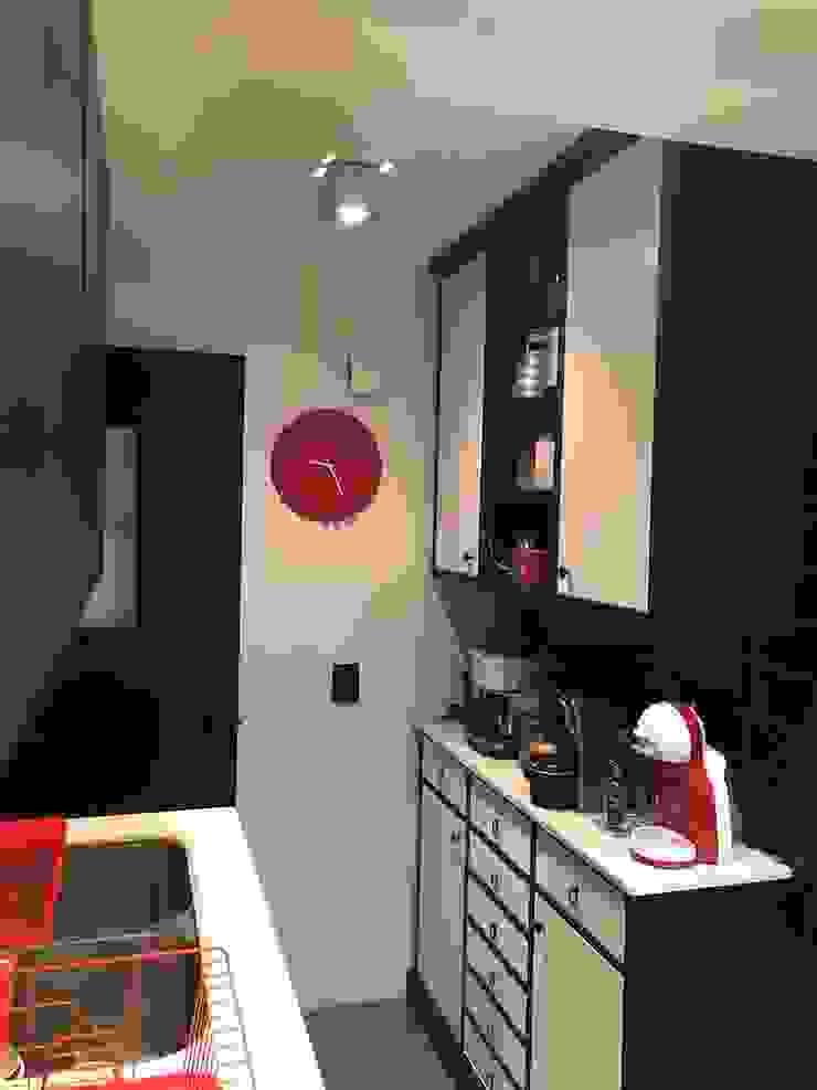 Entrada cocina PICHARA + RIOS arquitectos Muebles de cocinas Derivados de madera Negro