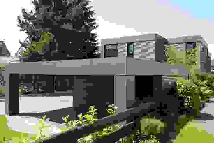 Wohnhaus aus Massivholz und (Sicht-) Beton in Weiterstadt Moderne Garagen & Schuppen von Herrmann Massivholzhaus GmbH Modern Massivholz Mehrfarbig