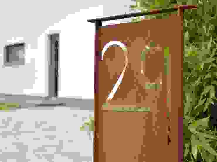 Hausnummer aus Cortenstahl Herrmann Massivholzhaus GmbH Moderner Garten