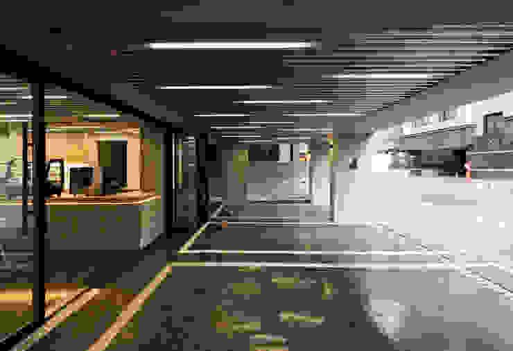 Nhà để xe/nhà kho phong cách hiện đại bởi 소수건축사사무소 Hiện đại