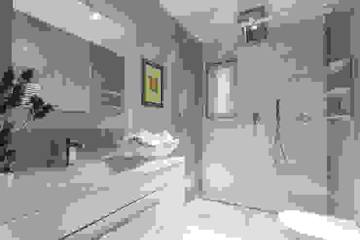 現代浴室設計點子、靈感&圖片 根據 Viu' Architettura 現代風
