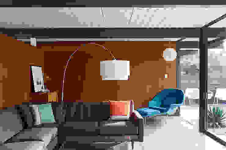 现代客厅設計點子、靈感 & 圖片 根據 Klopf Architecture 現代風
