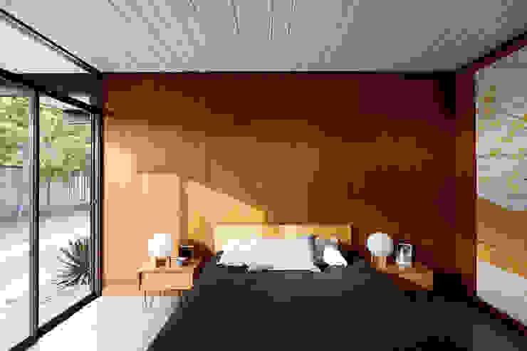 Phòng ngủ phong cách hiện đại bởi Klopf Architecture Hiện đại
