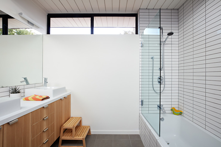 Phòng tắm phong cách hiện đại bởi Klopf Architecture Hiện đại