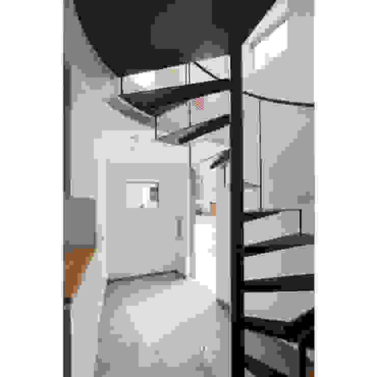 Escaleras de estilo  de 有限会社角倉剛建築設計事務所,