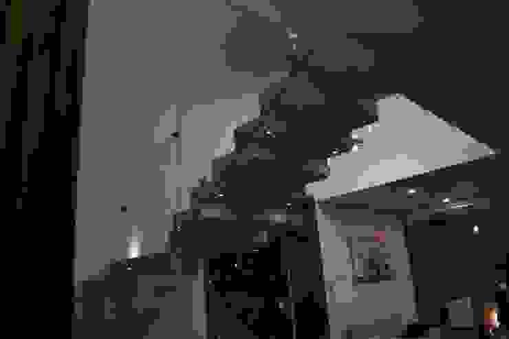 Escadas  por DEVELOP ARQUITECTOS, Moderno