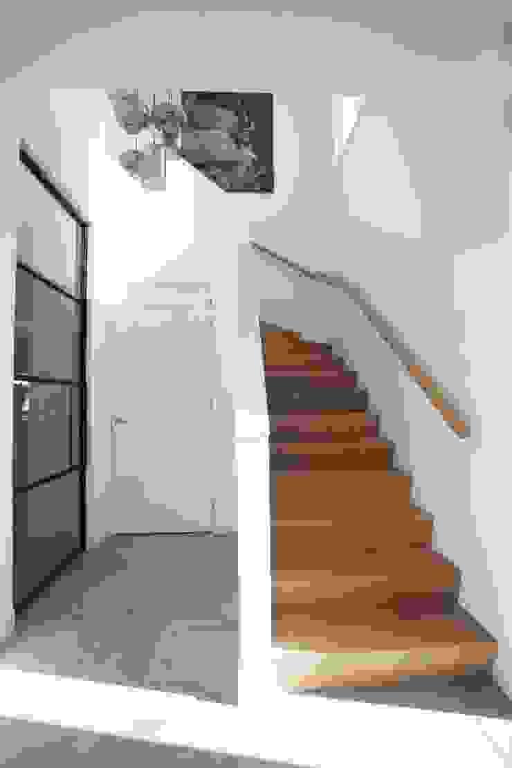 Thijssen Verheijden Architecture & Management Modern Corridor, Hallway and Staircase Wood White