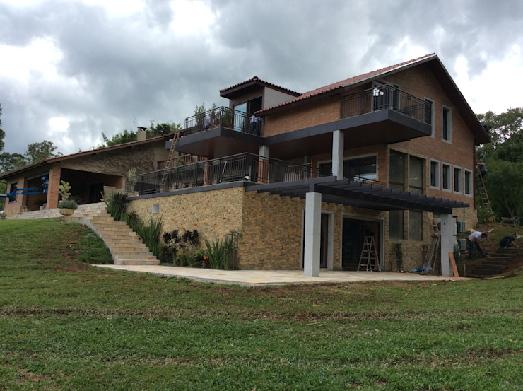 Fachada Casas modernas por Guaraúna Revestimentos Moderno Tijolo