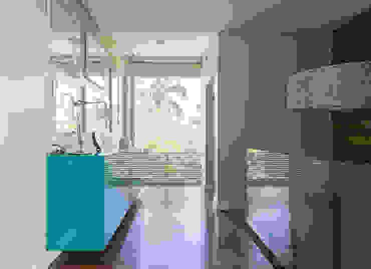 Camila Tiveron Arquitetura Modern Corridor, Hallway and Staircase