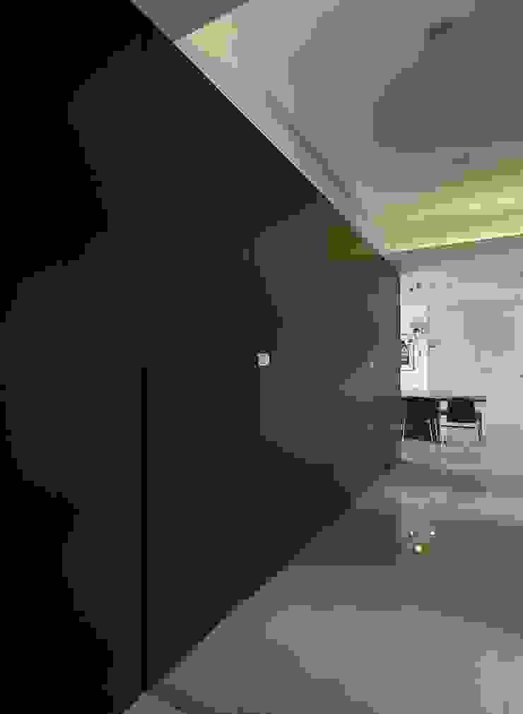 Pasillos, halls y escaleras minimalistas de 禾光室內裝修設計 ─ Her Guang Design Minimalista