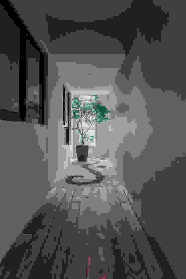 《聚‧日常》 現代風玄關、走廊與階梯 根據 辰林設計 現代風