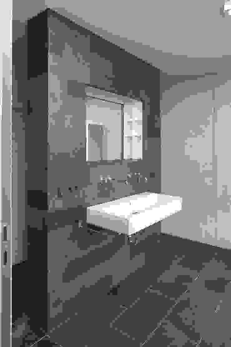 Modern bathroom by Architekturbüro zwo P Modern