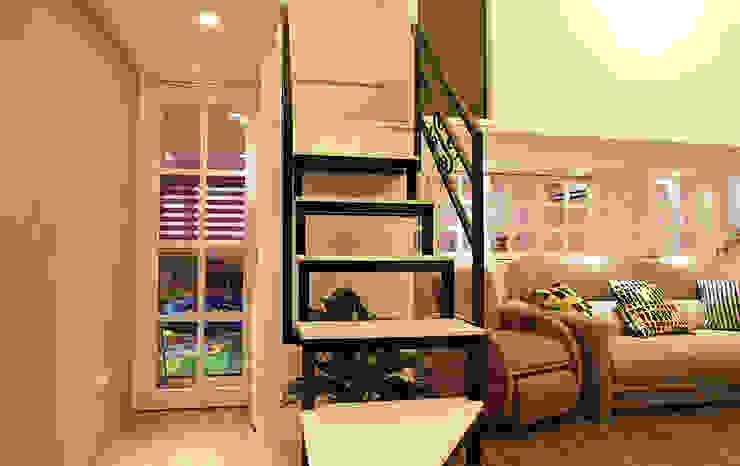 YU SPACE DESIGN Modern corridor, hallway & stairs Iron/Steel Black