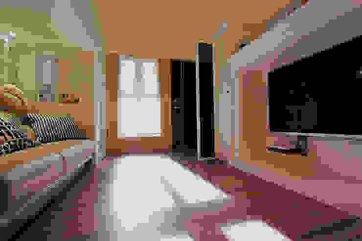 YU SPACE DESIGN Salas de estilo moderno Compuestos de madera y plástico Blanco