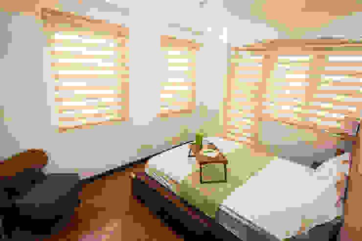 Sonata Private Residences:  Bedroom by TG Designing Corner