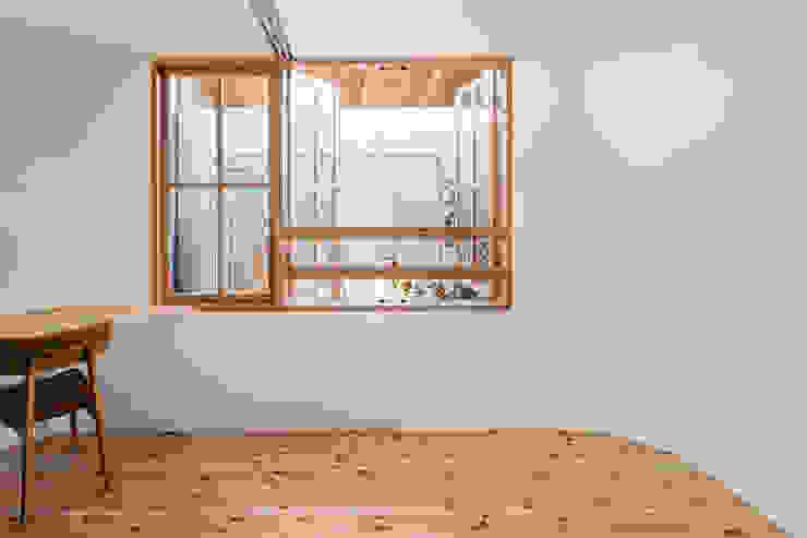 Puertas modernas de 建築設計事務所SAI工房 Moderno Madera Acabado en madera