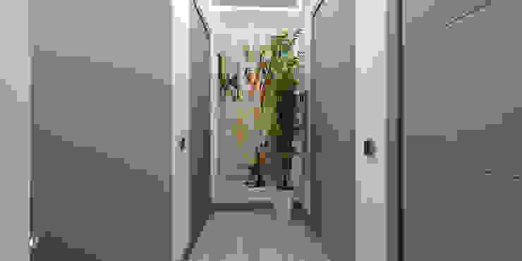 Couloir et hall d'entrée de style  par studiosagitair, Moderne