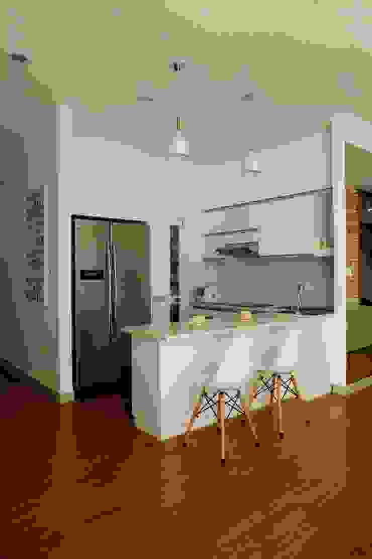 Phòng ăn và bếp rộng rãi, mang đến cảm giác thoải mái khi nấu ăn. Phòng ăn phong cách châu Á bởi Công ty TNHH TK XD Song Phát Châu Á Đồng / Đồng / Đồng thau