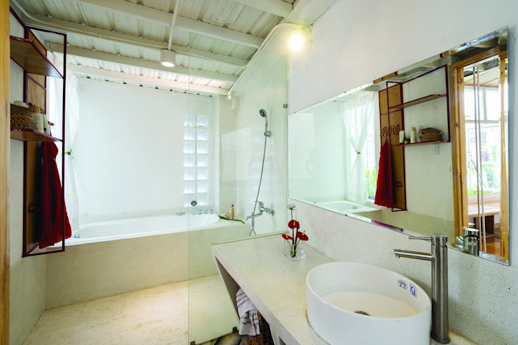 Cả 2 tầng đều thiết kế chung nhà vệ sinh đặt phía cuối nhà. Phòng tắm phong cách châu Á bởi Công ty TNHH TK XD Song Phát Châu Á Đồng / Đồng / Đồng thau