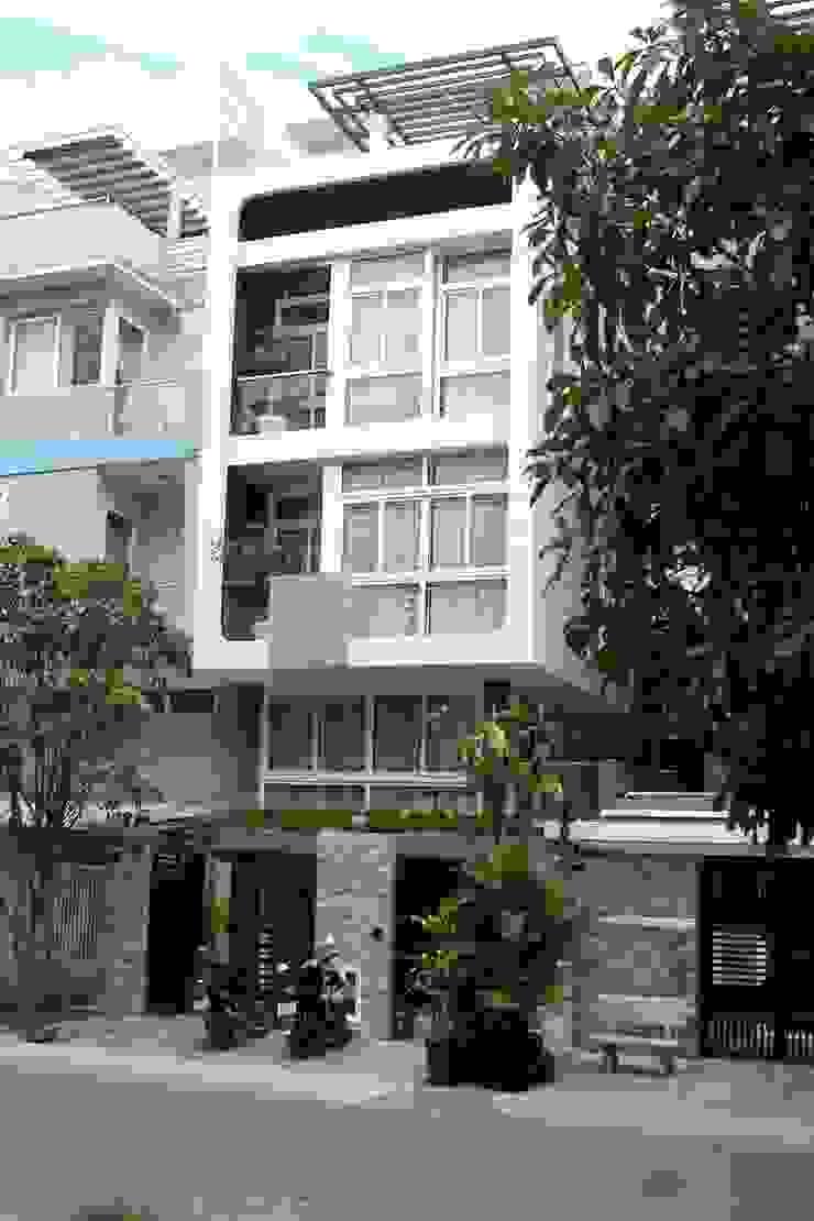 Mặt tiền ngôi nhà phố 3 tầng thoáng đãng nhờ giếng trời. bởi Công ty TNHH TK XD Song Phát Châu Á Đồng / Đồng / Đồng thau