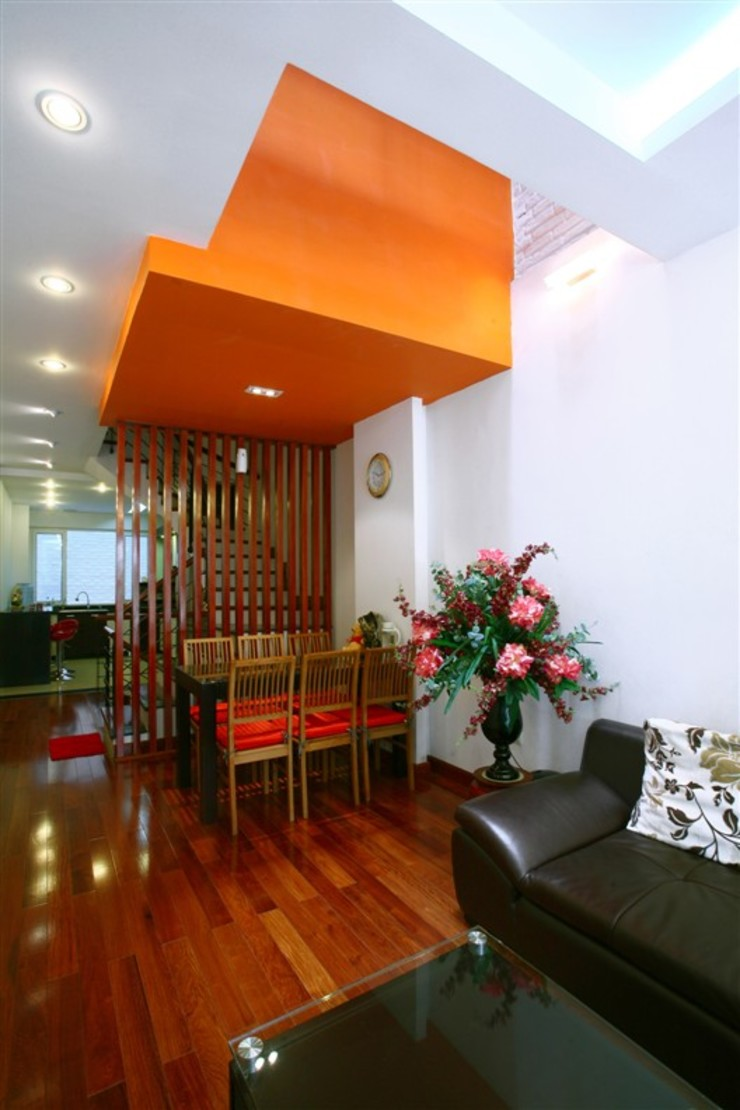 Cầu thang được biến tấu để phù hợp với các khoảng giếng trời. bởi Công ty TNHH TK XD Song Phát Châu Á Đồng / Đồng / Đồng thau