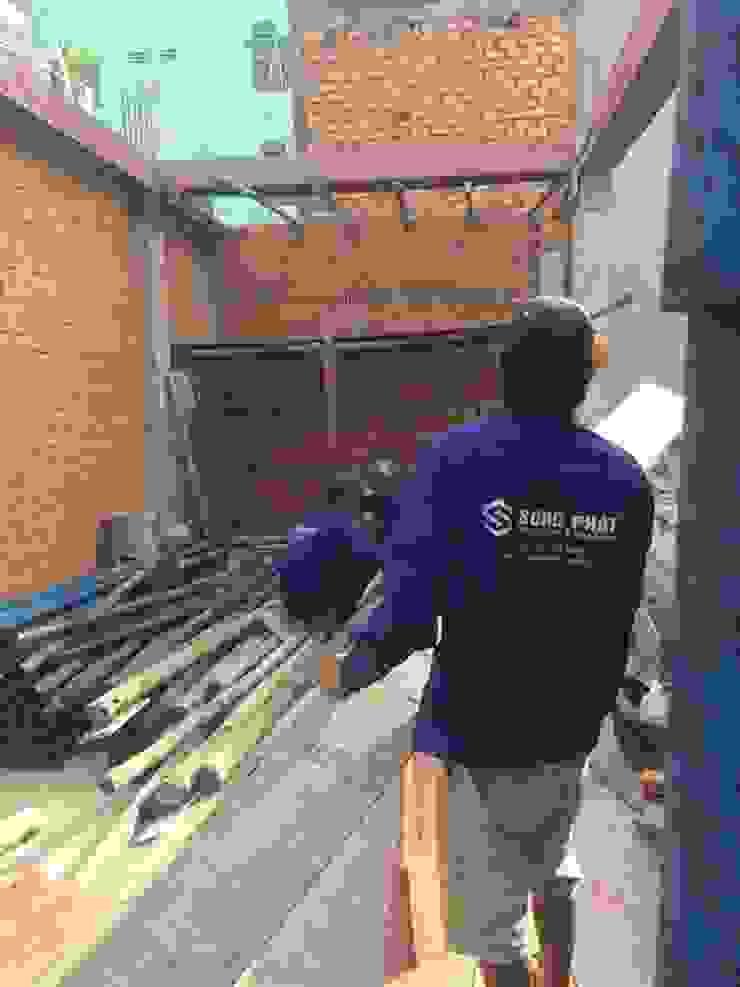 Nhà Phố 3 Tầng Thoáng Đãng Nhờ Giếng Trời 1,4 Tỷ bởi Công ty TNHH TK XD Song Phát Châu Á Đồng / Đồng / Đồng thau