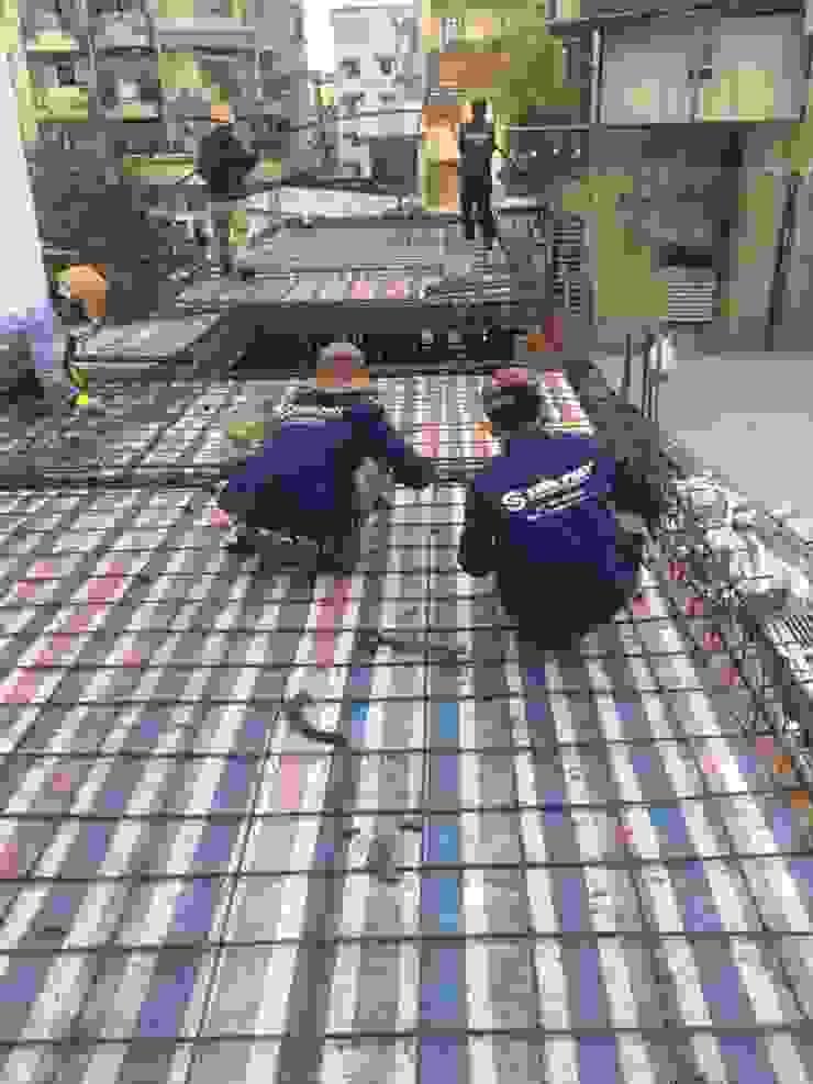 Những hình ảnh công nhân của Song Phát thi công thực tế ngôi nhà phố 3 tầng. Nhà phong cách châu Á bởi Công ty TNHH TK XD Song Phát Châu Á Đồng / Đồng / Đồng thau