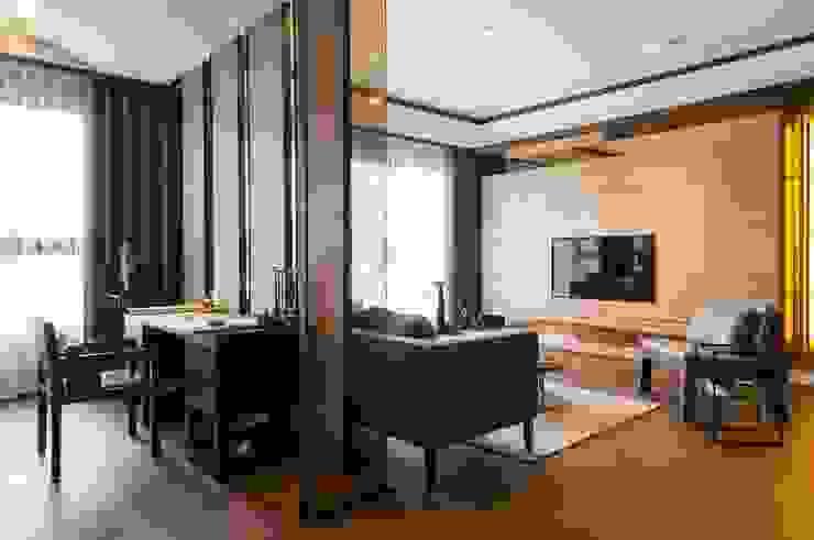 《韻‧東方》 现代客厅設計點子、靈感 & 圖片 根據 辰林設計 現代風