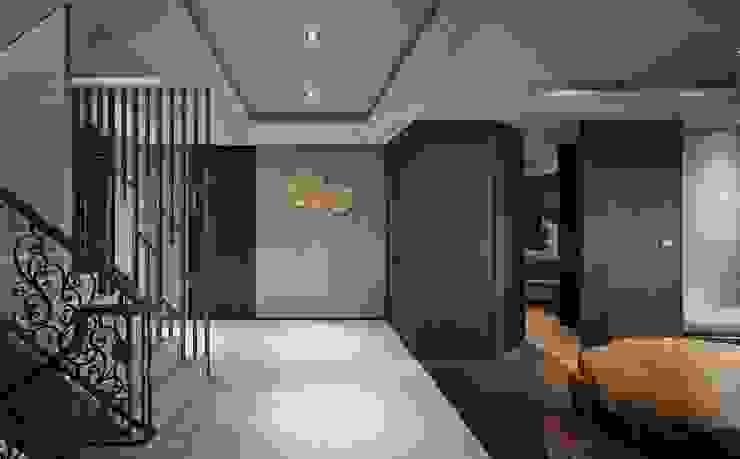辰林設計 Modern Corridor, Hallway and Staircase Brown