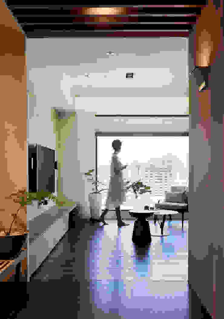 玄關 现代客厅設計點子、靈感 & 圖片 根據 樸十設計有限公司 SIMPURE Design 現代風