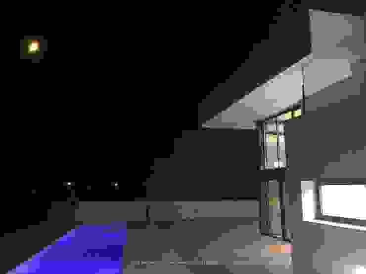 Vivienda moderna en la noche, con perspectiva limitada. de DYOV STUDIO Arquitectura, Concepto Passivhaus Mediterraneo 653 77 38 06 Mediterráneo