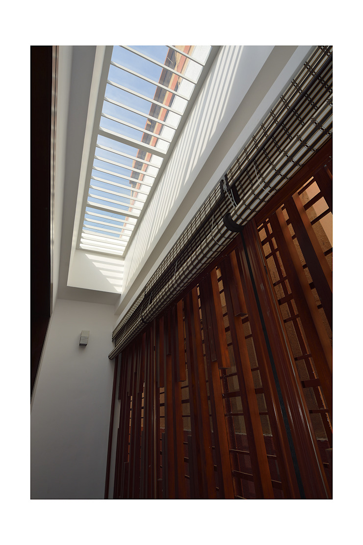 SKYLIT HOUSE,Residence for Sathyanarayanan Menon Modern Corridor, Hallway and Staircase by Ineidos Modern