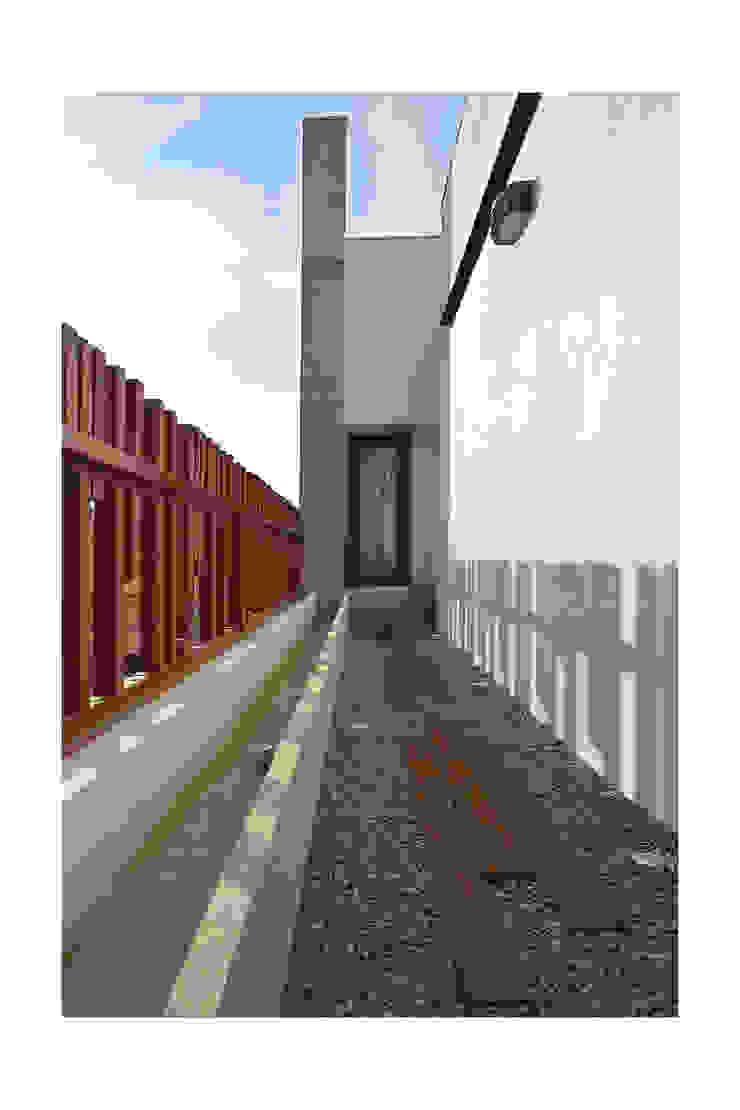 SKYLIT HOUSE,Residence for Sathyanarayanan Menon Modern Terrace by Ineidos Modern