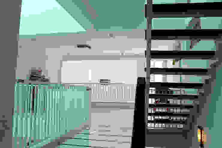 亞洲風玄關、階梯與走廊 根據 Công ty TNHH TK XD Song Phát 日式風、東方風 銅/青銅/黃銅