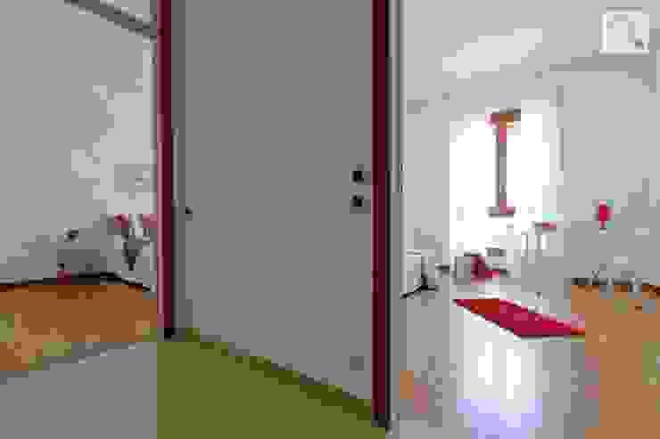 Charming Home 現代風玄關、走廊與階梯