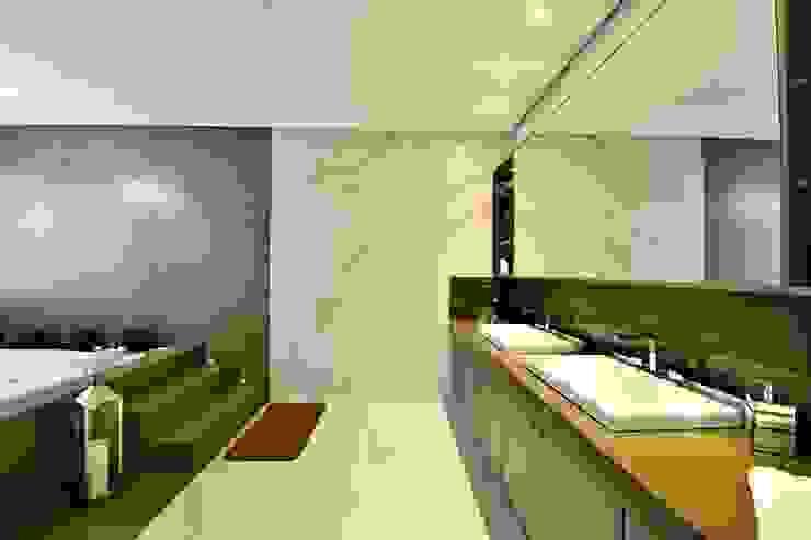 Uma casa leve e espaçosa Marcelo Minuscoli - Projetos Personalizados Banheiros modernos